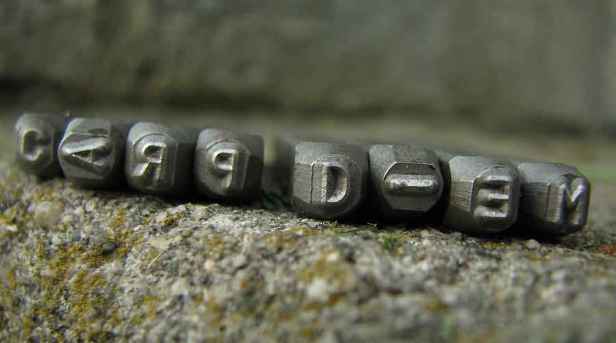 Metalowe pieczątki do odbijania literek na zakładkach