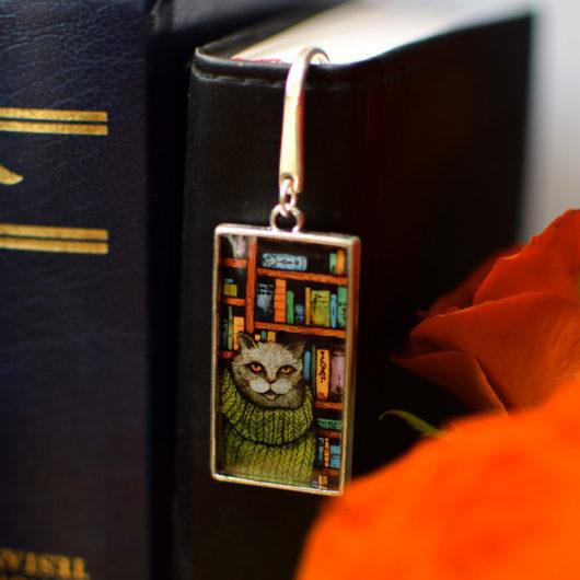 Zakładka do książki, z kotem w bibliotece