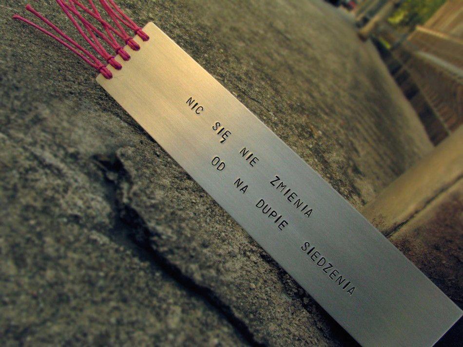 Zakładka do książki z napisem - Nic się nie zmienia od na dupie siedzenia