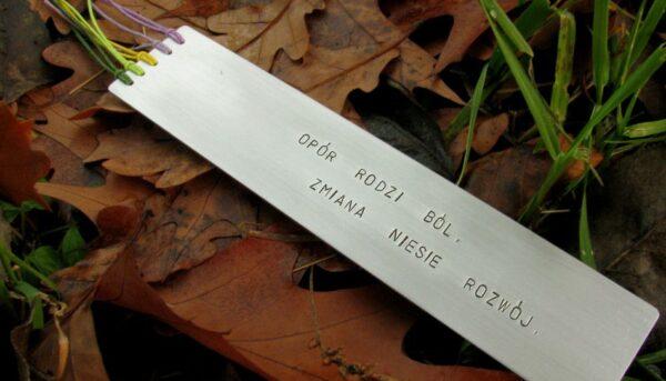 Motywacyjna zakładka do książki z napisem - Opór rodzi ból. Zmiana niesie rozwój