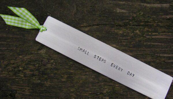 Motywacyjna zakładka do książki z napisem - Small steps every day