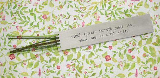 Zakładka do książki - miłość potrafi znaleźć drogę tam, gdzie nie ma nawet ścieżki