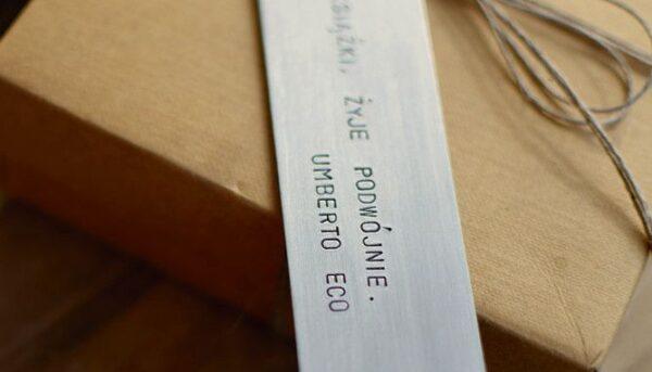 Zakładka do książki - kto czyta książki, żyje podwójnie - Umberto Eco