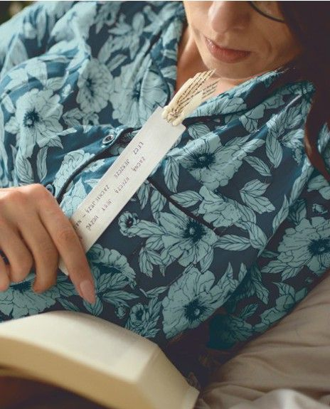 Piekna kobieta czyta w łóżku