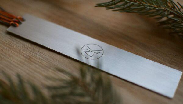 Zakładka grawerowana laserowo - z logo oraz cytatem ze Steve'a Jobsa