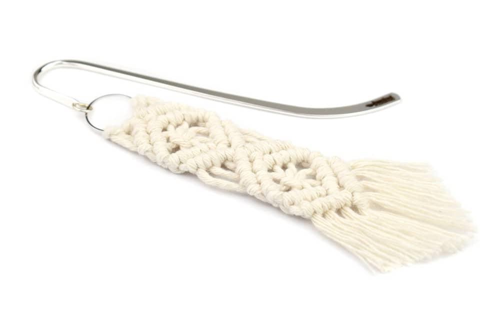 Zakładka do książki z motywem dwóch rombów wyplecionych techniką makramową z kremowego sznurka bawełnianego