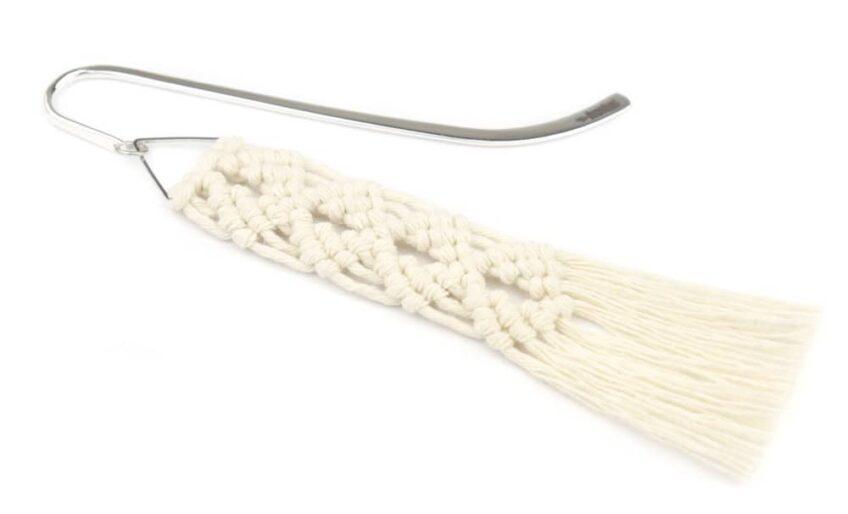 Zakładka do książki z motywem wachlarzy wyplecionych techniką makramową z kremowego sznurka bawełnianego
